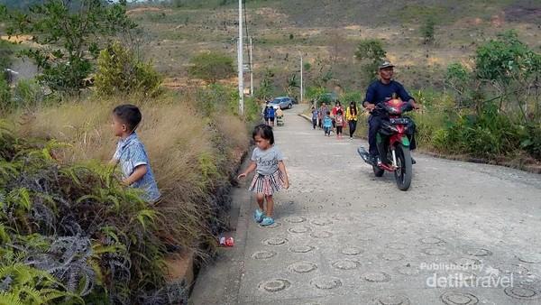 Jalan menuju ke lokasi vihara yang berada di atas bukit