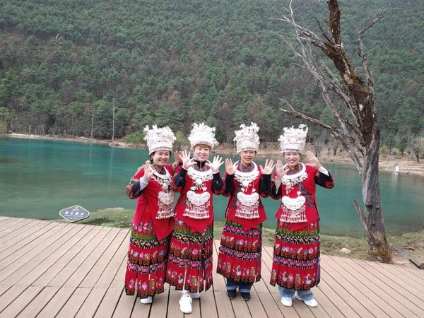 Wisatawan tengah menjajal baju khas China