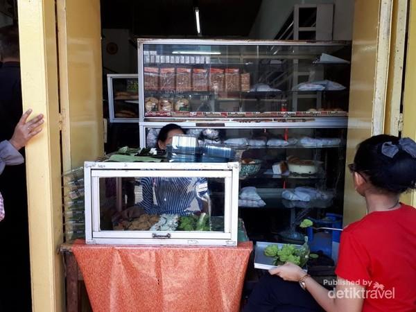 kue carabikang yang menjadi produk awal toko ini bisa dilihat proses pembuatannya di bagian depan toko ini.