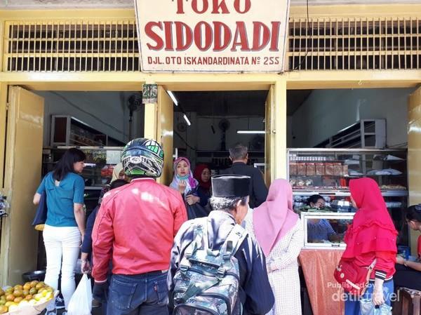 Toko Roti Sidodadi yang selalu ramai oleh pembeli. Antrean untuk mendapat roti ini bisa samapi keluar toko
