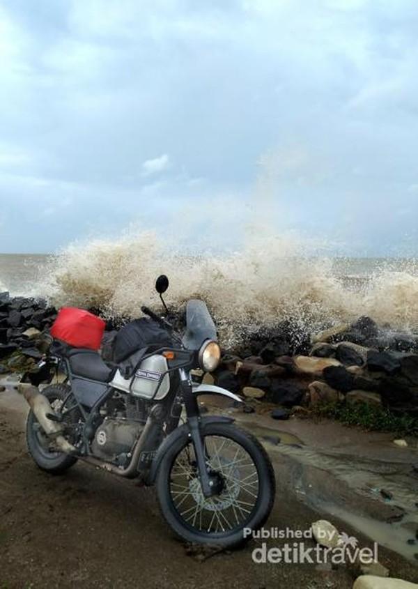 Kami sempat berfoto di tepi pantai di Eretan, Indramayu.