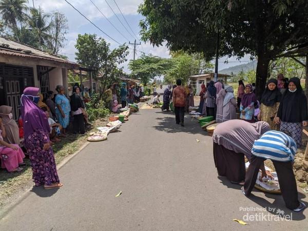 Warga sedang mempersiapkan acara takiran. (Foto: Satrio Mur Bayu)