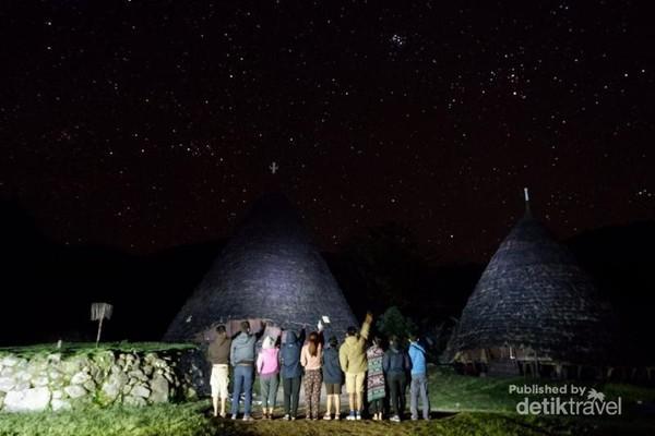 Milky Way. Pemandangan epic tengah malam di Desa Wae Rebo