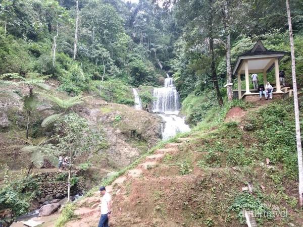 Curug Cigorobong, pesona dengan air terjun yang bertingkat menjadi sajian utama di wisata terjun tersebut.