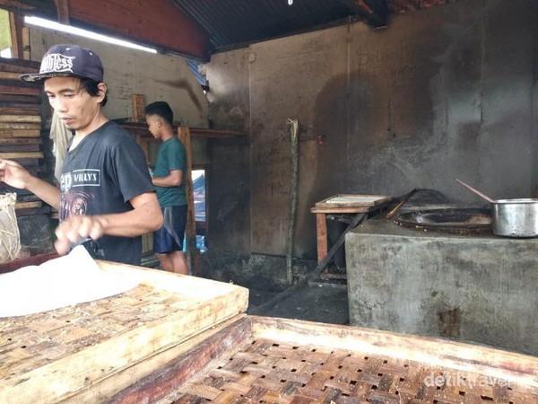 Tahu Sumedang menjadi ciri khas kuliner dari Sumedang yang sudah melengenda hingga kini.