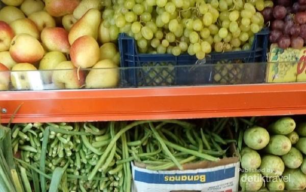 Etalase tempat buah dan sayur