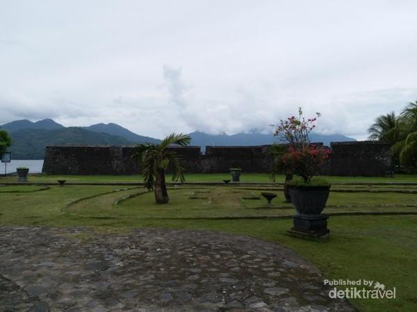 Benteng ini disebut juga Benteng Kayu Merah karena terdapat di Kelurahan Kayu Merah