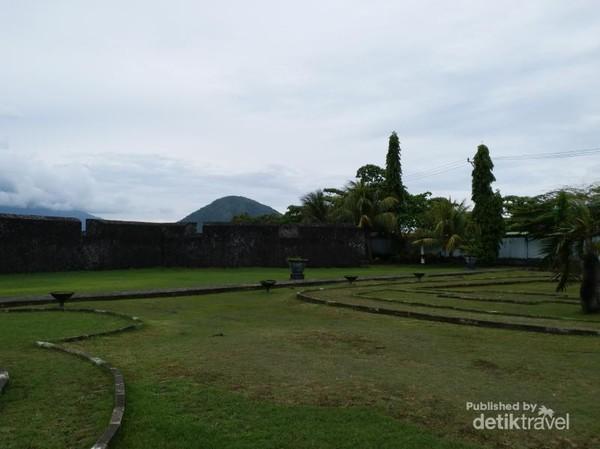 Di bagian depan dibuat taman dengan rumput dan pepohonan hijau