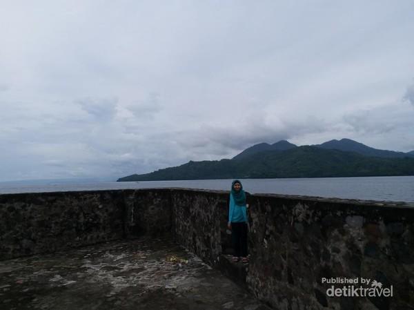Pulau Maitara dan Tidore terlihat dari benteng ini