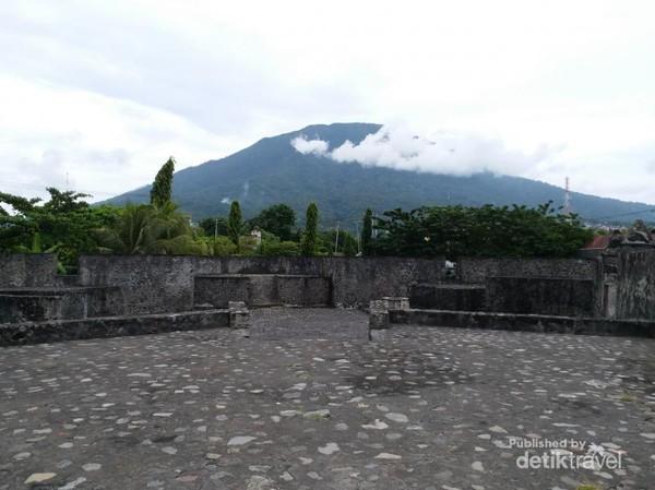 Benteng Kalamata sempat diduduki oleh Spanyol dan Belanda sampai akhirnya dipugar Pemerintah Indonesia di tahun 1994