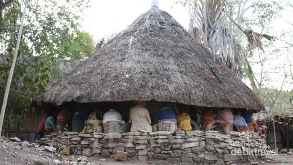 Lopo tempat para anak-anak adat dan para tetua adat berkumpul.