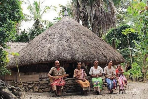 Salah seorang tetua adat sedang bermain alat musik tradisional disekitar sonaf (kerajaan).