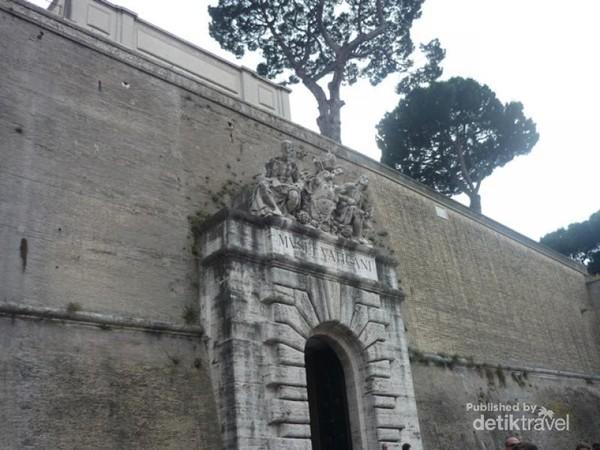 Pintu masuk Museum Vatikan