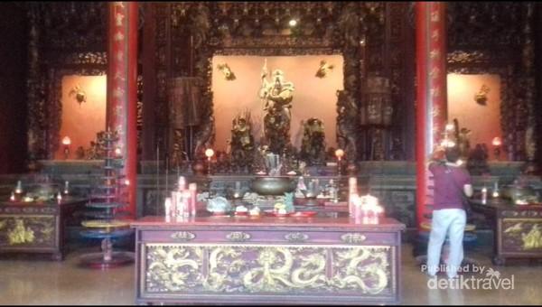 Altar di dalam vihara tempat persembahyangan