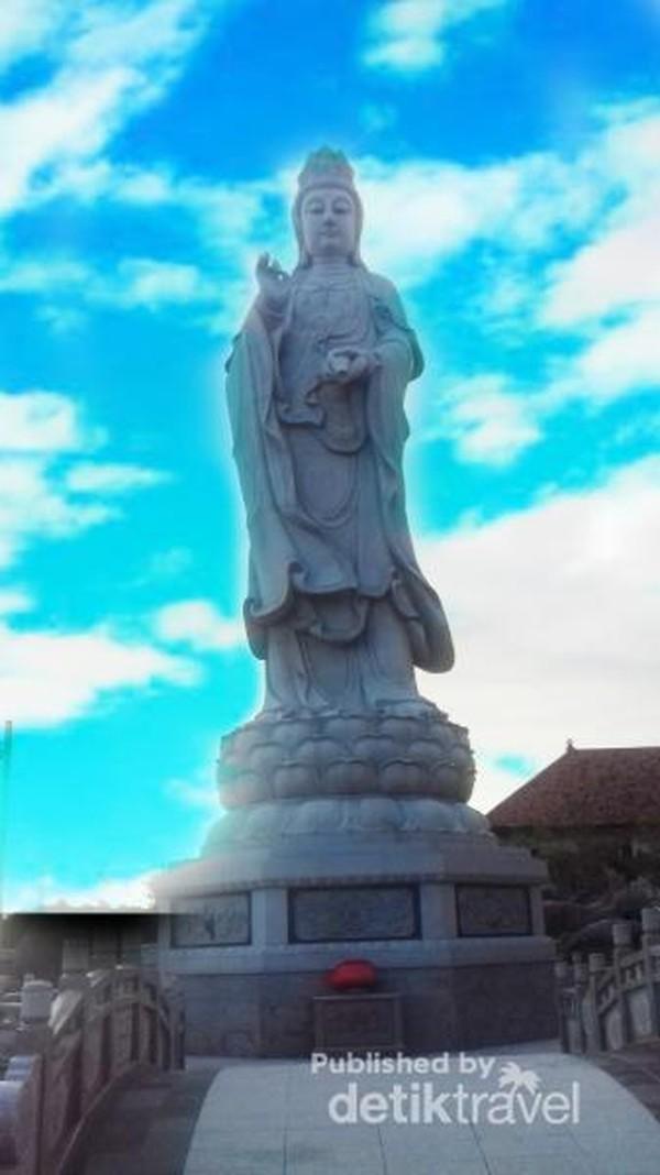 Patung Dewi Kwan Im setinggi 18 meter yabg menjulang disamping Vihara