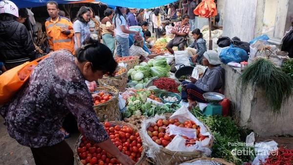 Suasana pasar tradisional di Tarutung