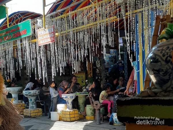 Para pengunjung menikmati sajian di Warung Selat Mbak Lies