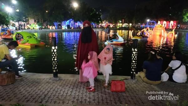Menikmati pemandangan lampu dan perahu-perahu di kolam