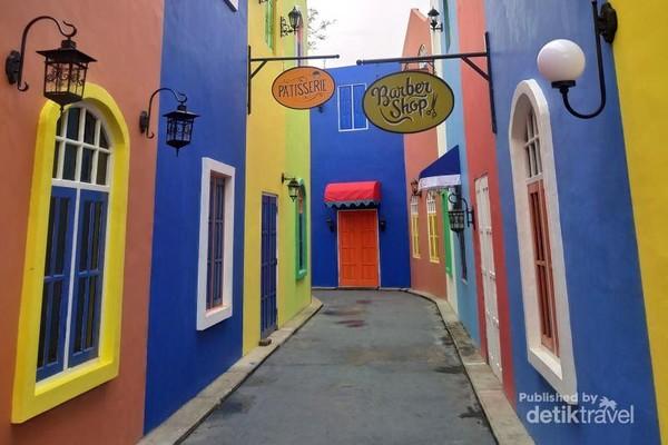 Spot Foto Area Arab Street yang warna warni dan bernuansa mediterania.