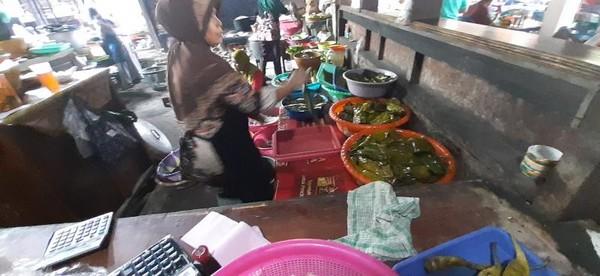 Pepes di masak di dapur yang masih tradisional