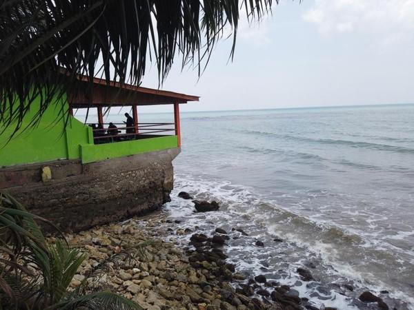 Tempat makan berada di bibir pantai