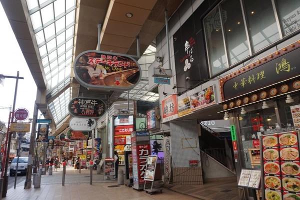 Deretan restoran yang menyajikan kobe beef di depan stasiun Sannomiya