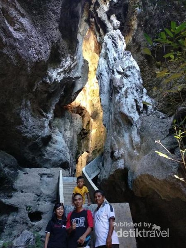 Mulut gua, terlihat cahaya matahari yang memantul di dinding gua.
