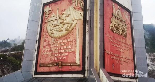 Di bagian bawah tugu disetiap sisinya tedapat ukiran gambar dan simbol serta kutipan ayat Kitab Suci dari masing-masing agama yang ada di Indonesia.