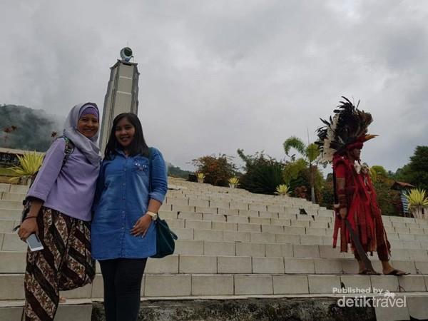 Monumen dengan tinggi sekitar 22 meter yang dibagian atasnya terdapat patung burung merpati sebagai lambang cinta yang melingkari bumi. Lambang tersebut mempunyai arti cinta kasih yang meliputi seluruh bumi.