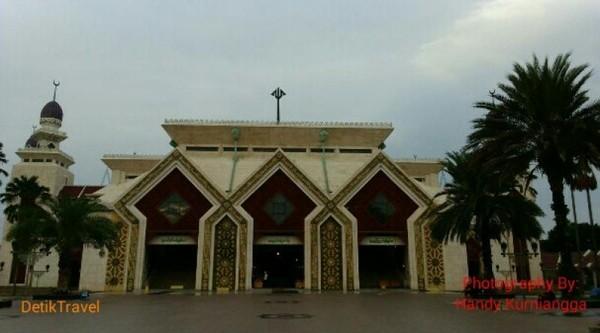 Penampakan Masjid At Tin dari luar