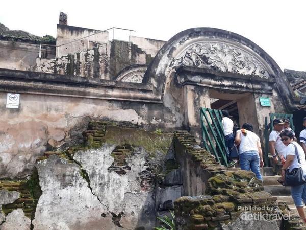 karna uniknya arsitektur, banyak pengunjung datang hanya untuk sekedar berfoto