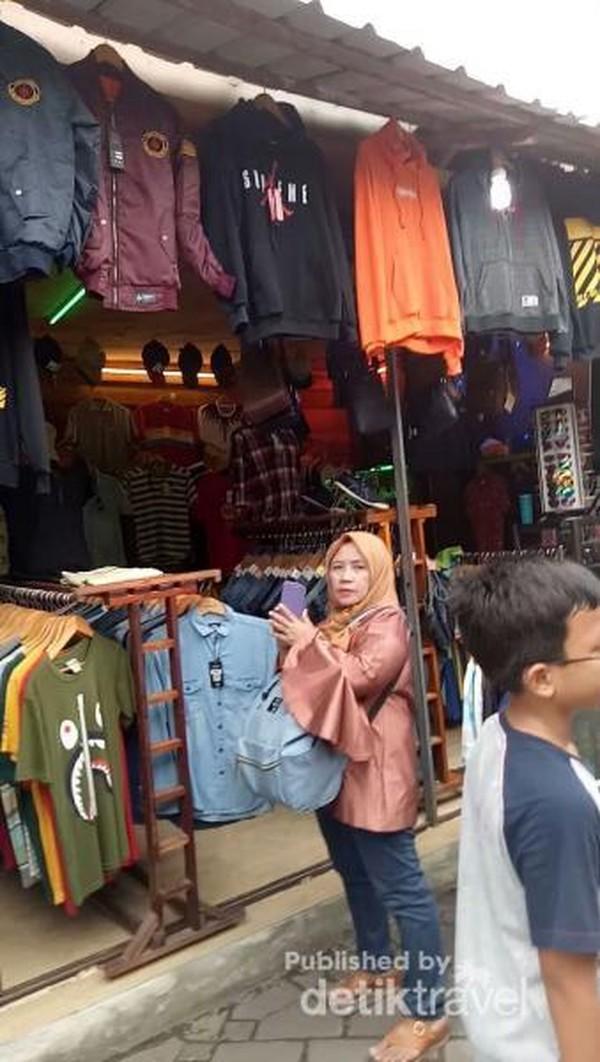 Baju-baju bekas di Pasar Aviari