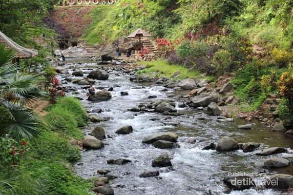 Di tempat ini terdapat air terjun yang tidak terlalu besar dan airnya mengalir di sungai berbatu in