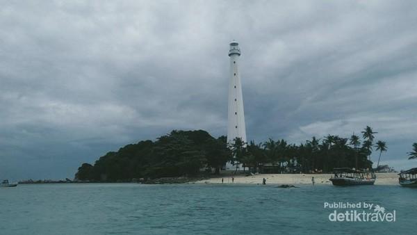 Keunikan pulau ini terletak pada mercusuarnya dan menjadi salah satu ikon pariwisata Belitung