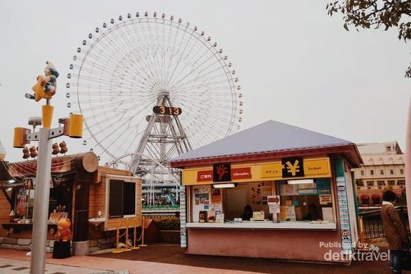 Cosmo Clock 21 Ferris Wheel. Cosmo Clock 21 adalah roda Ferris spektakuler yang terletak di dalam taman hiburan Cosmo World di Yokohama. Kita dapat menikmati pemandangan yang jauh lebih indah dari atas Ferris Wheel.