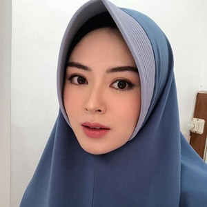 8 Gaya Ayana Moon Saat Pakai Hijab Bergo, Cantiknya Bikin Adem