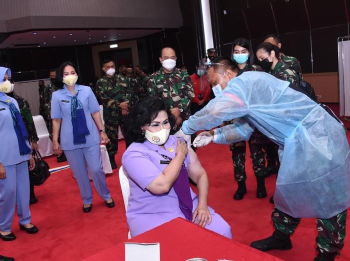 Istri Panglima TNI, Nanny Hadi Tjahjanto dan pejabat TNI lainnya melakukan vaksinasi COVID-19 tahap 1