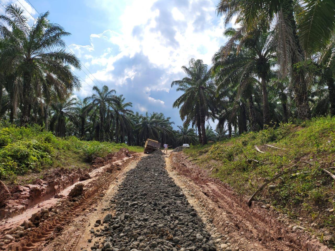 Jalan menuju Desa Buket Hagu di Aceh Utara diperbaiki. (Dok Pemkab Aceh Utara)