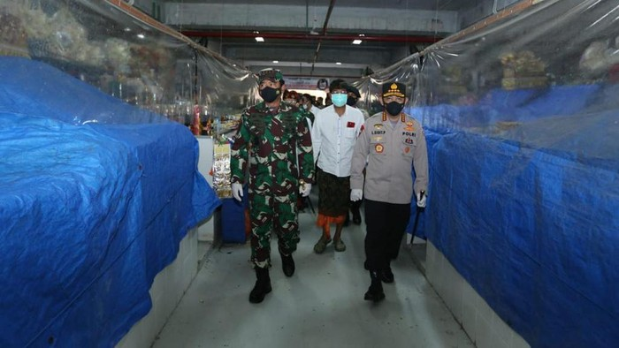 Kapolri Jenderal Listyo Sigit Prabowo dan Panglima TNI Marsekal Hadi Tjahjanto cek prokes di Bali