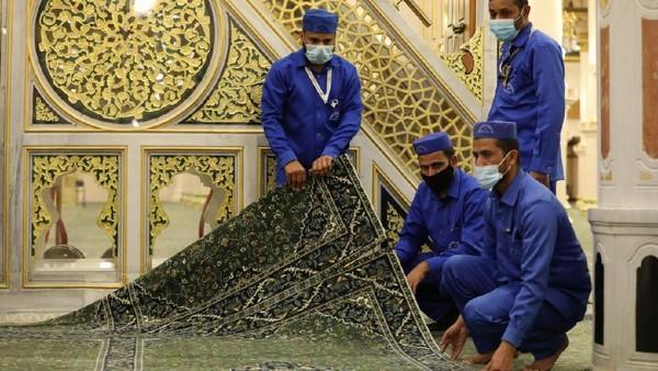 Raudhah terletak di dalam masjid nabawi, tepatnya berada di antara makam rasulullah dan mimbar yang beliau gunakan untuk berdakwah.
