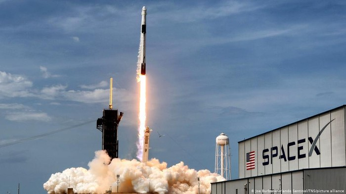 Miliarder AS Pimpin Misi Penerbangan Sipil Perdana SpaceX ke Luar Angkasa
