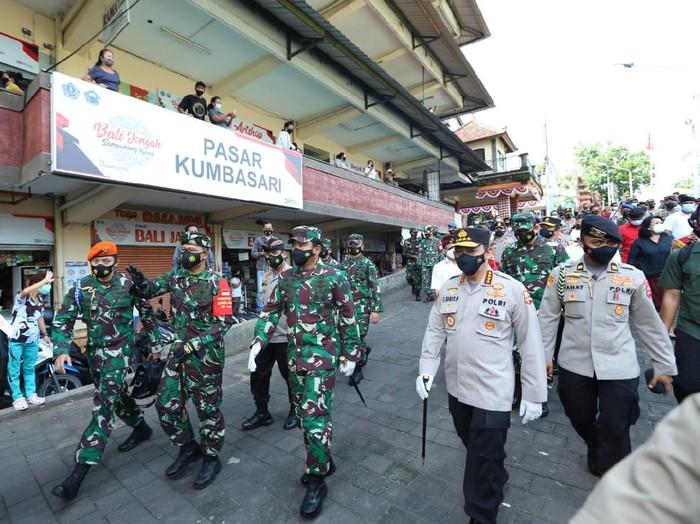 Panglima TNI Marsekal Hadi Tjahjanto bersama Kapolri Jenderal Listyo Sigit Prabowo memantau pelaksanaan protokol kesehatan (prokes) di Bali.