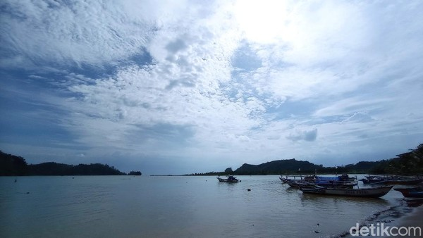 Pulau Nusakambangan memang terletak di Kabupaten Cilacap, Jawa Tengah. Namun pulau ini ternyata bisa juga dilihat dari pantai Pangandaran, Jawa Barat. Tepatnya dari pantai Palatar Agung, Desa Pamotan, Kecamatan Kalipucang, Kabupaten Pangandaran. (Faizal Amiruddin)