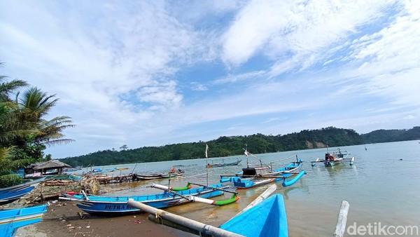Dari pantai Palatar Agung, pulau Nusakambangan terlihat jelas. Bahkan jaraknya seperti selemparan batu saja. Hal ini juga yang menjadi daya tarik pantai Palatar Agung yang cantik.(Faizal Amiruddin)