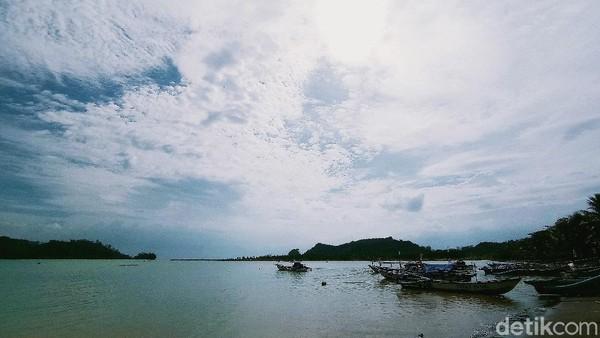 Selain bisa menikmati pemandangan pulau Nusakambangan, di pantai Palatar Agung wisatawan juga bisa menikmati pemandangan indah lainnya yaitu keberadaan delta yang seolah menjadi pembatas antara pantai dan laut lepas. (Faizal Amiruddin)