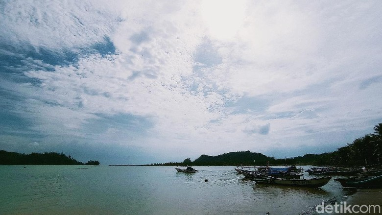 Dari Pantai Palatar Agung Pangandaran bisa melihat Pulau Nusakambangan