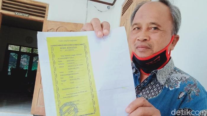 Perangkat desa Jiwan, Klaten menunjukkan surat kematian palsu