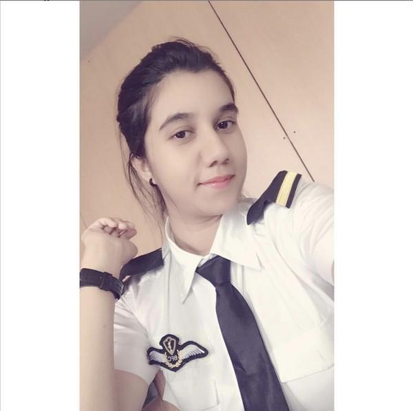 Cerita Ayesha bermula saat menjadi siswa pilot termuda yang mendapatkan lisensi pada usia 15 tahun. Ia lalu menjalani pelatihan untuk menerbangkan jet MIG-29 di pangkalan udara Sokol Rusia pada umur berikutnya.