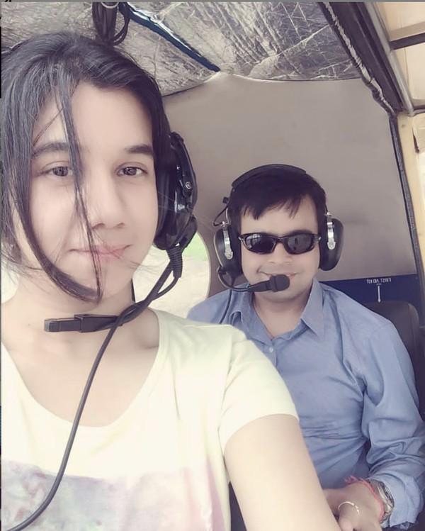 Pilot wanita ini bernama Ayesha Aziz. Ia adalah pilot yang lahir di Kashmir India.