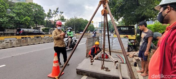 Proyek galian SJUT-manhole di Jl Warung Buncit-Mampang Prapatan arah Kuningan Jakarta Selatan, 4 Februari 2021. (Taufieq Renaldi Arfiansyah/detikcom)